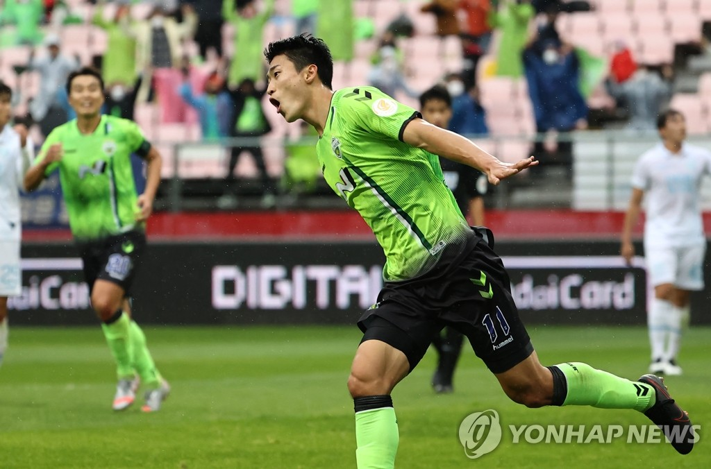 Cho Gue-sung of Jeonbuk Hyundai Motors celebrates his goal against Daegu FC during a K League 1 match at Jeonju World Cup Stadium in Jeonju, 240 kilometers south of Seoul, on Nov. 1, 2020. (Yonhap)