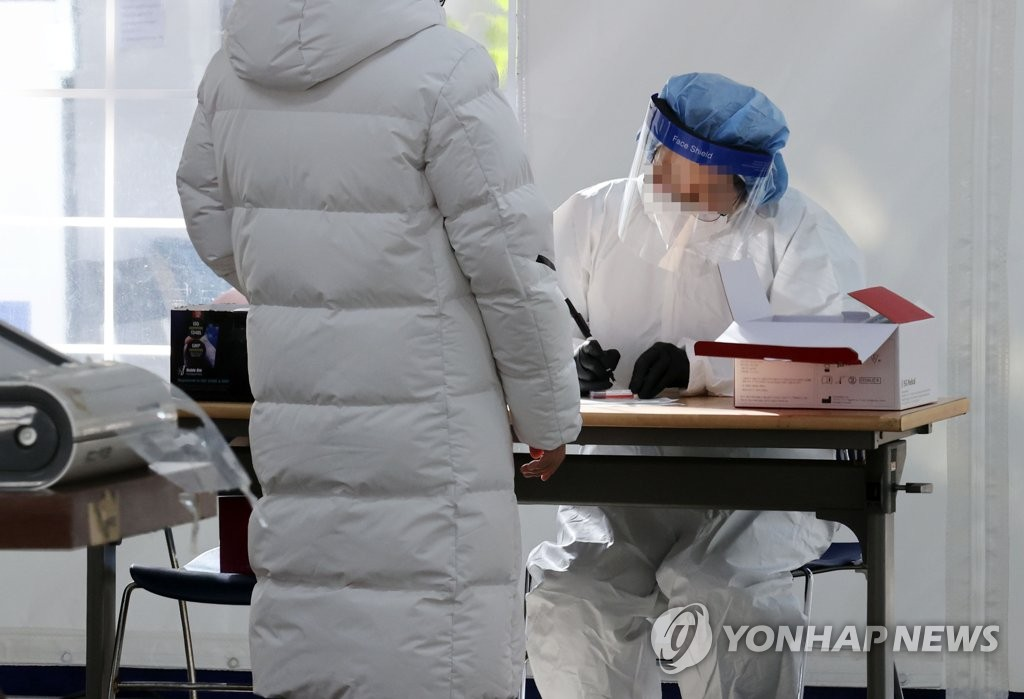 A citizen waits for COVID-19 virus testing at a screening station in Seoul on Nov. 4, 2020. (Yonhap)