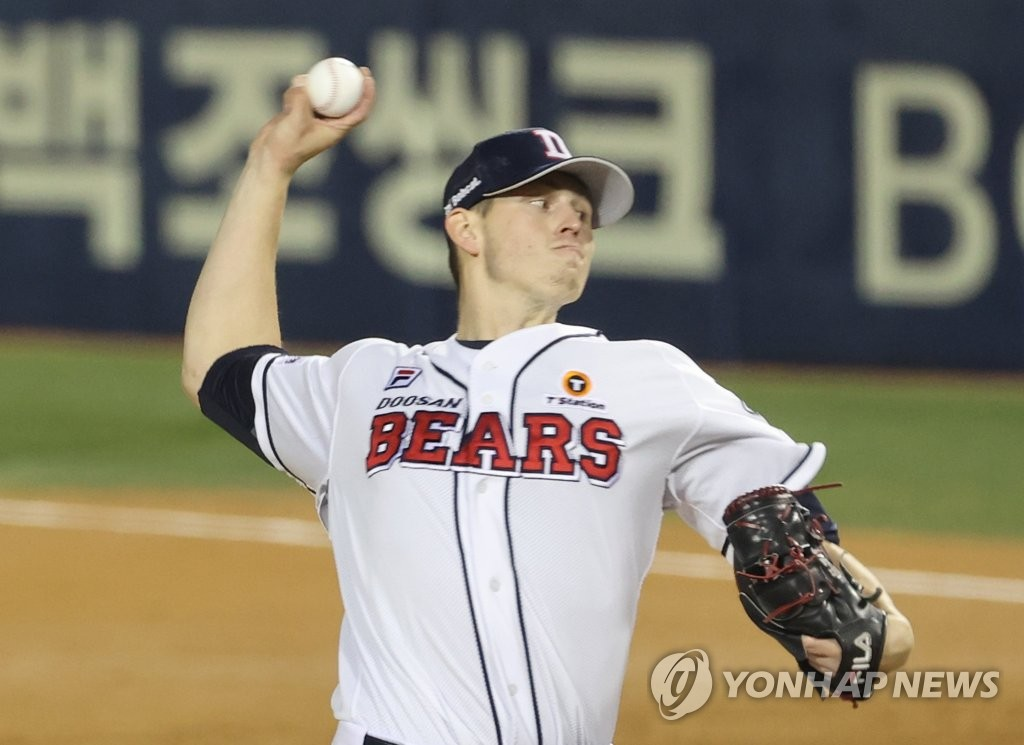 Chris Flexen of the Doosan Bears pitches against the LG Twins in the top of the fourth inning of Game 1 of the Korea Baseball Organization first-round playoff series at Jamsil Baseball Stadium in Seoul on Nov. 4, 2020. (Yonhap)