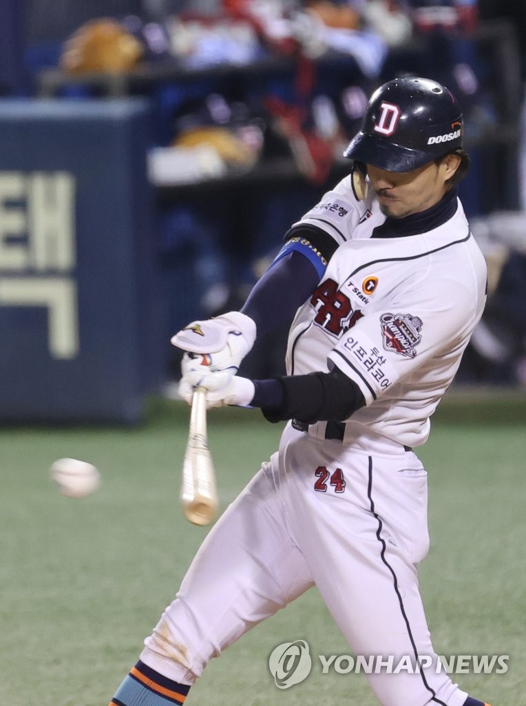Oh Jae-won of the Doosan Bears hits an RBI double against the LG Twins in the bottom of the sixth inning of Game 1 of the Korea Baseball Organization first-round playoff series at Jamsil Baseball Stadium in Seoul on Nov. 4, 2020. (Yonhap)