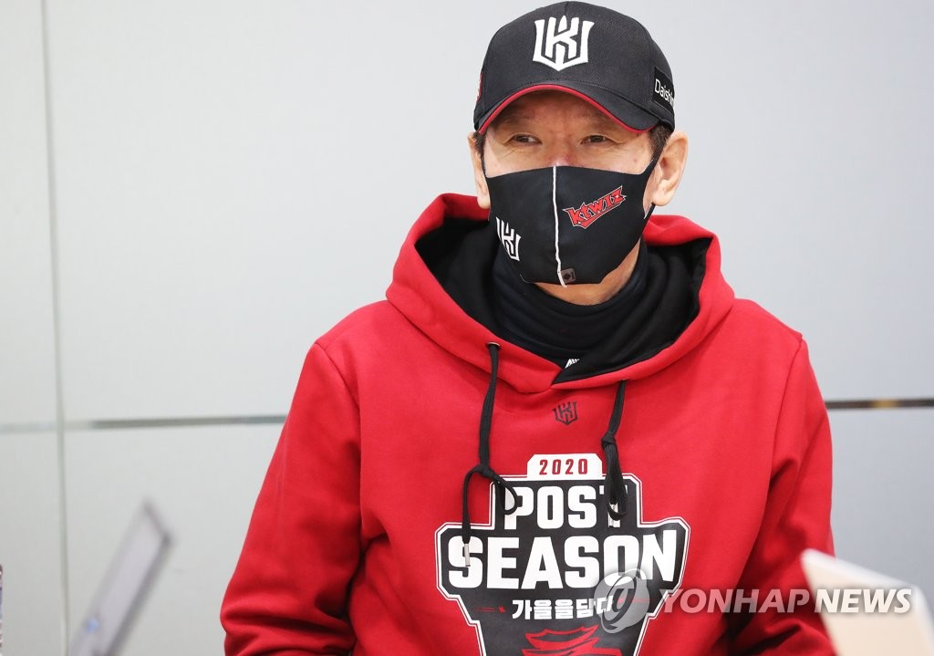 KT Wiz manager Lee Kang-chul speaks with reporters before his Korea Baseball Organization club's practice at KT Wiz Park in Suwon, 45 kilometers south of Seoul, on Nov. 8, 2020. (Yonhap)