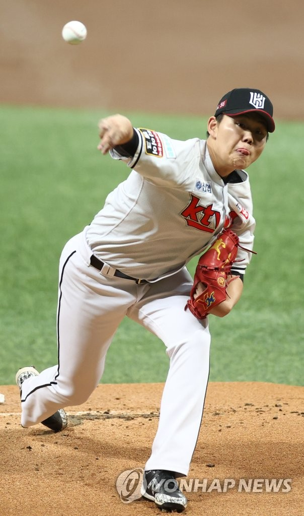 So Hyeong-jun of the KT Wiz pitches against the Doosan Bears in the top of the first inning of Game 1 of the Korea Baseball Organization second-round postseason series at Gocheok Sky Dome in Seoul on Nov. 9, 2020. (Yonhap)