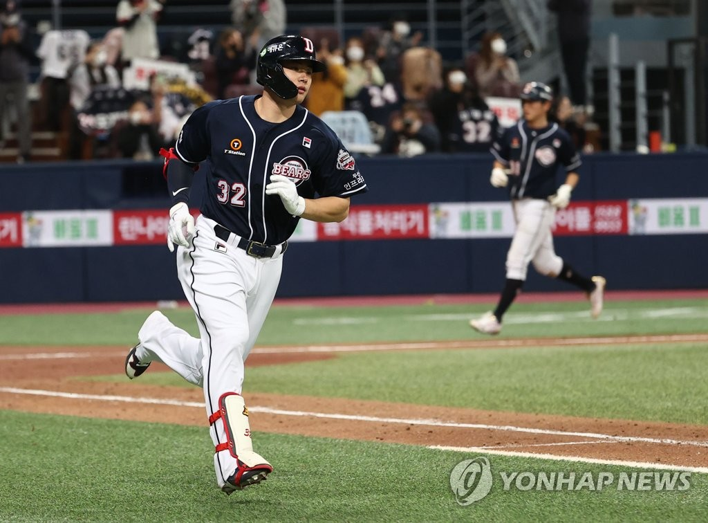 Kim Jae-hwan of the Doosan Bears runs to first base after hitting a two-run single against the KT Wiz in the top of the fifth inning of Game 2 of the Korea Baseball Organization second-round postseason series at Gocheok Sky Dome in Seoul on Nov. 10, 2020. (Yonhap)
