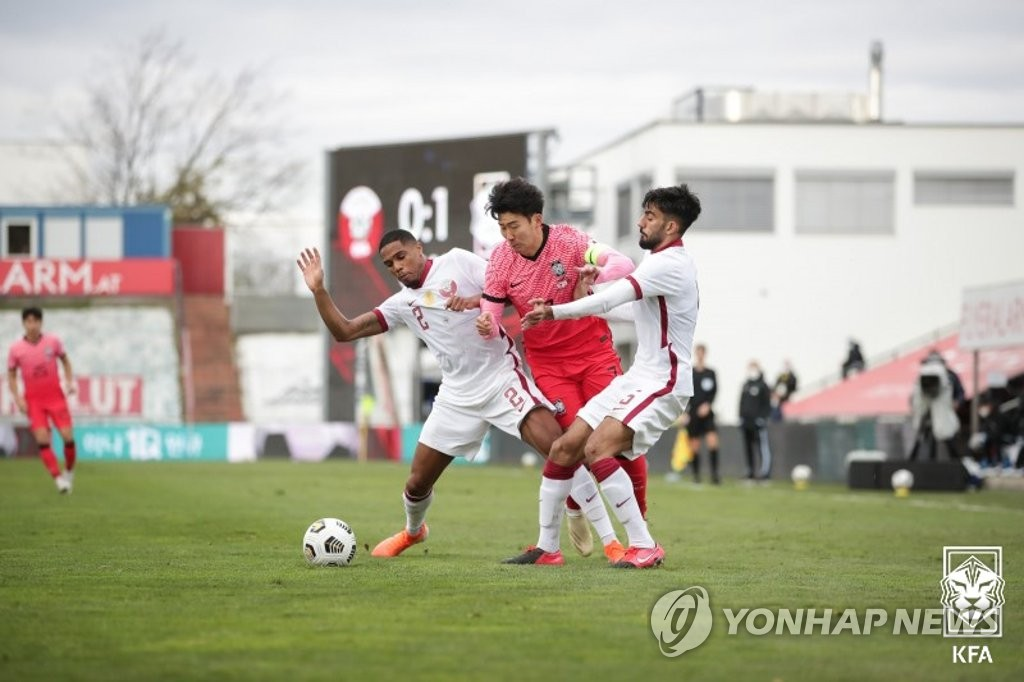 Son Heung-min of South Korea (C) is grabbed by Pedro Miguel (L) and Tarek Salman of Qatar during a friendly football match at BSFZ Arena Admiral Stadium in Maria Enzersdorf, Austria, on Nov. 17, 2020, in this photo provided by the Korea Football Association. (PHOTO NOT FOR SALE) (Yonhap)
