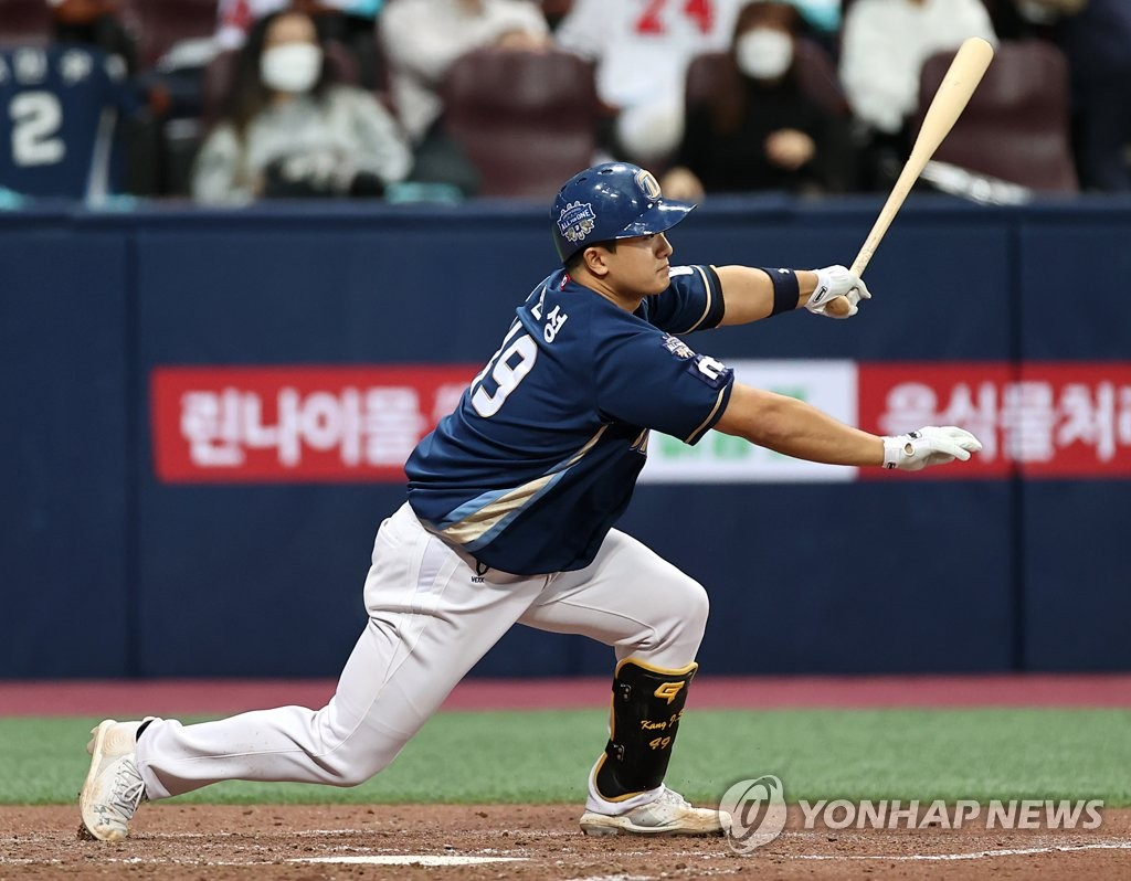 Kang Jin-sung of the NC Dinos hits an RBI single against the Doosan Bears in the top of the sixth inning of Game 4 of the Korean Series at Gocheok Sky Dome in Seoul on Nov. 21, 2020. (Yonhap)