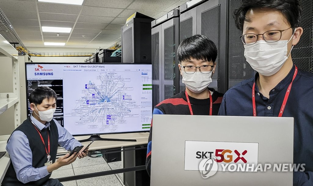 Researchers from SK Telecom Co. test its next-generation cloud native core network, which it co-developed with Samsung Electronics Co., at a laboratory in Seongnam, south of Seoul, on Nov. 22, 2020, in the photo provided by SK Telecom. (PHOTO NOT FOR SALE) (Yonhap)
