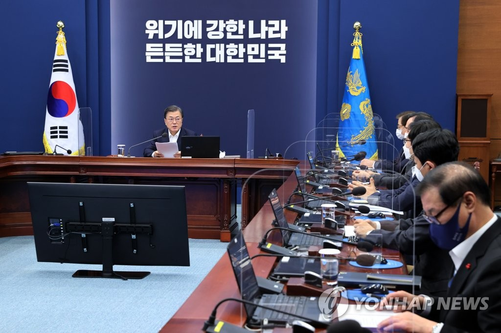 President Moon Jae-in (L) speaks at a meeting with his senior secretaries at Cheong Wa Dae in Seoul on Dec. 7, 2020. (Yonhap)