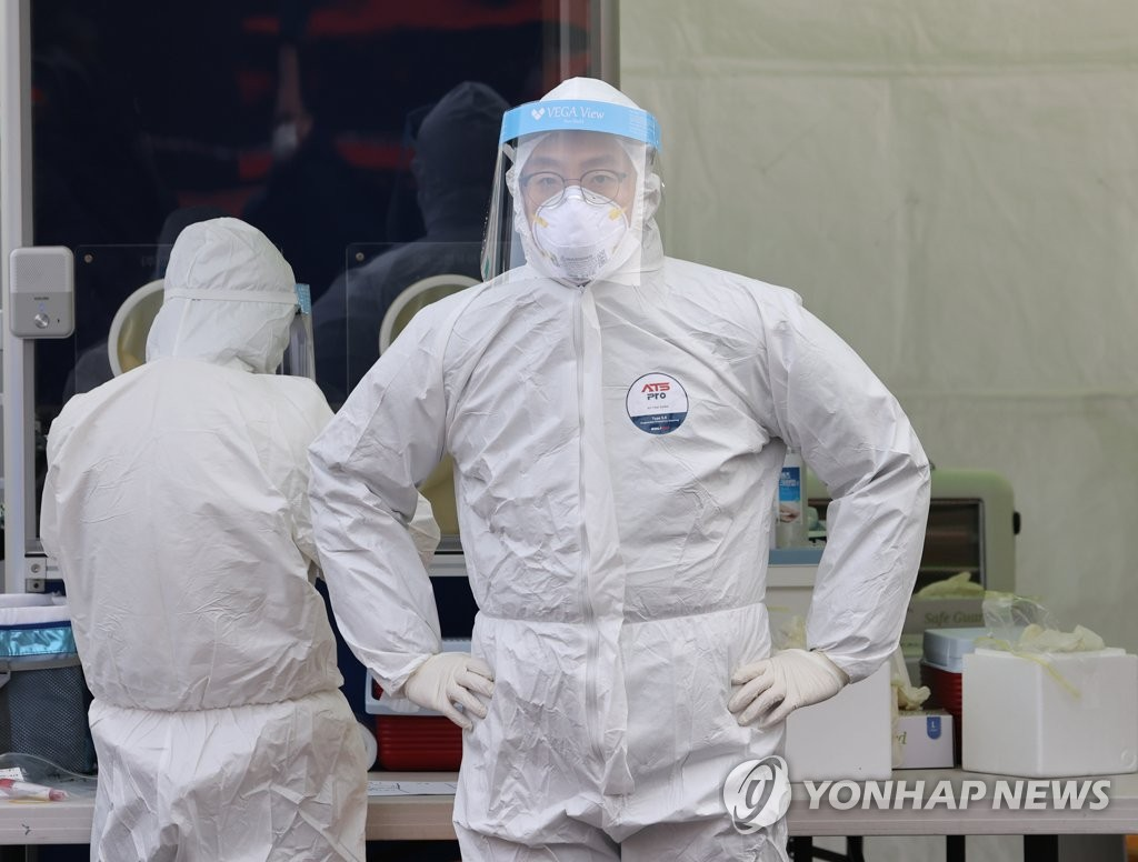 Medical staffers prepare to carry out COVID-19 tests at a makeshift clinic in central Seoul on Dec. 18, 2020. (Yonhap)