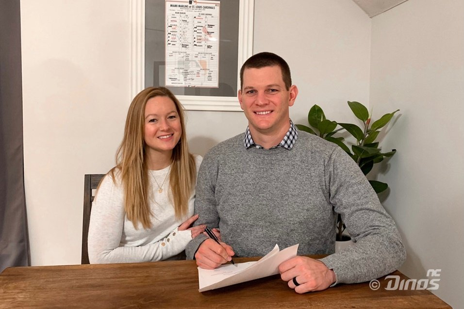 Drew Rucinski of the NC Dinos (R) poses with his wife, Sheridan, after signing a new one-year deal with the Korea Baseball Organization club, in this photo provided by the Dinos on Jan. 1, 2021. (PHOTO NOT FOR SALE) (Yonhap)