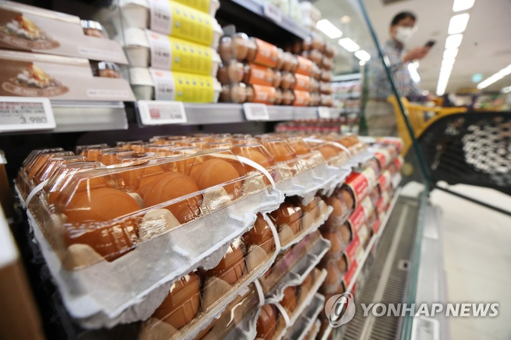 Eggs are displayed at a supermarket in Seoul on Jan. 15, 2021. (Yonhap)