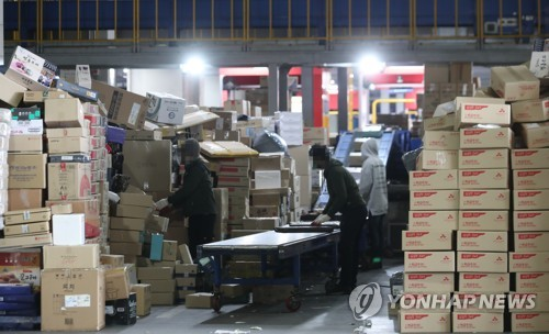 Migrant workers call for improvement of conditions for parcel sorting jobs before using foreign manpower