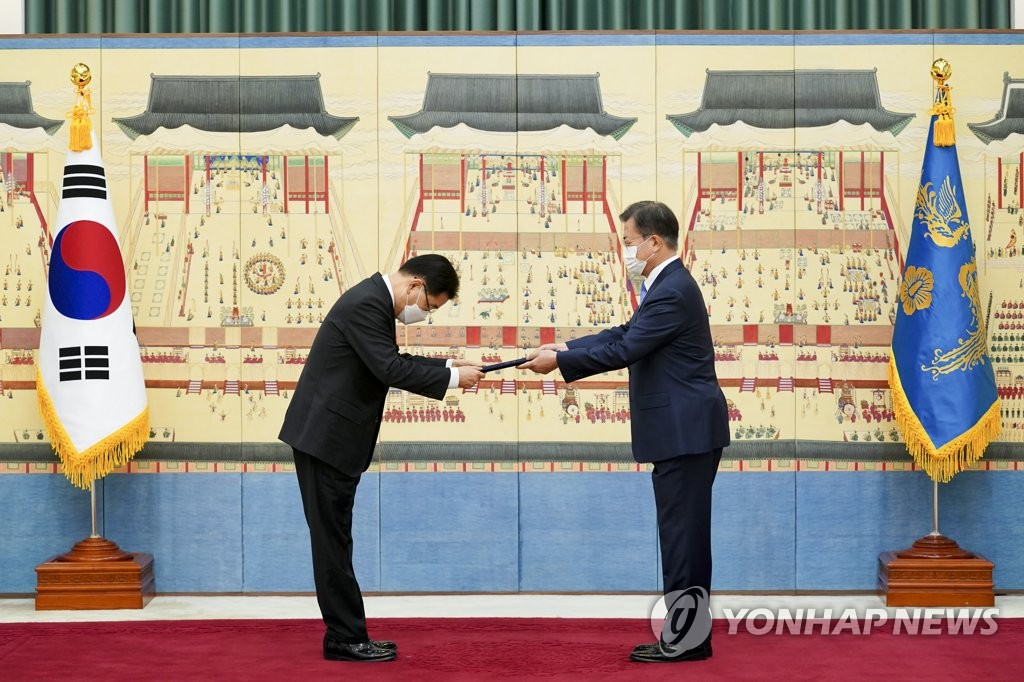 President Moon Jae-in (R) gives new Foreign Minister Chung Eui-yong a certificate of appointment during a ceremony at Cheong Wa Dae in Seoul on Feb. 15, 2021. (Yonhap)