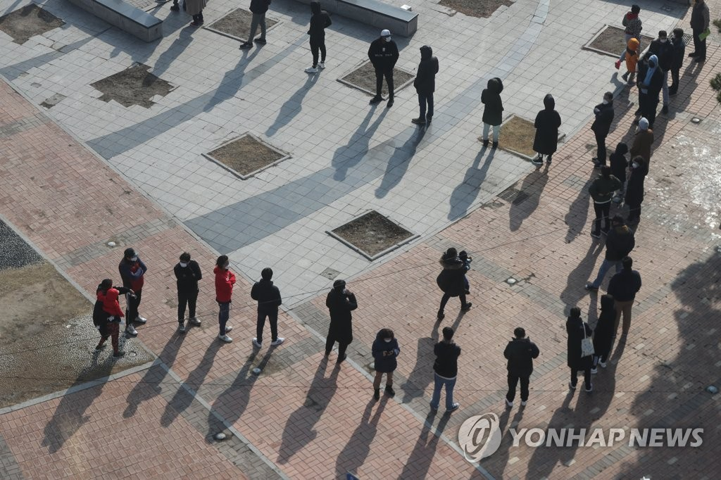 Citizens form a long line to receive tests at an outdoor COVID-19 testing station in Dongducheon, 40 km north of Seoul, on March 3, 2021. (Yonhap)