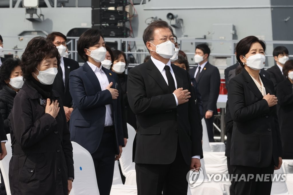 President Moon Jae-in (C) salutes the national flag during a ceremony at the Navy's 2nd Fleet Command in Pyeongtaek, 70 kilometers south of Seoul, on March 26, 2021, to pay tribute to soldiers who died in three major clashes with North Korea in the Yellow Sea, including the 2010 sinking of the Cheonan warship. (Yonhap)