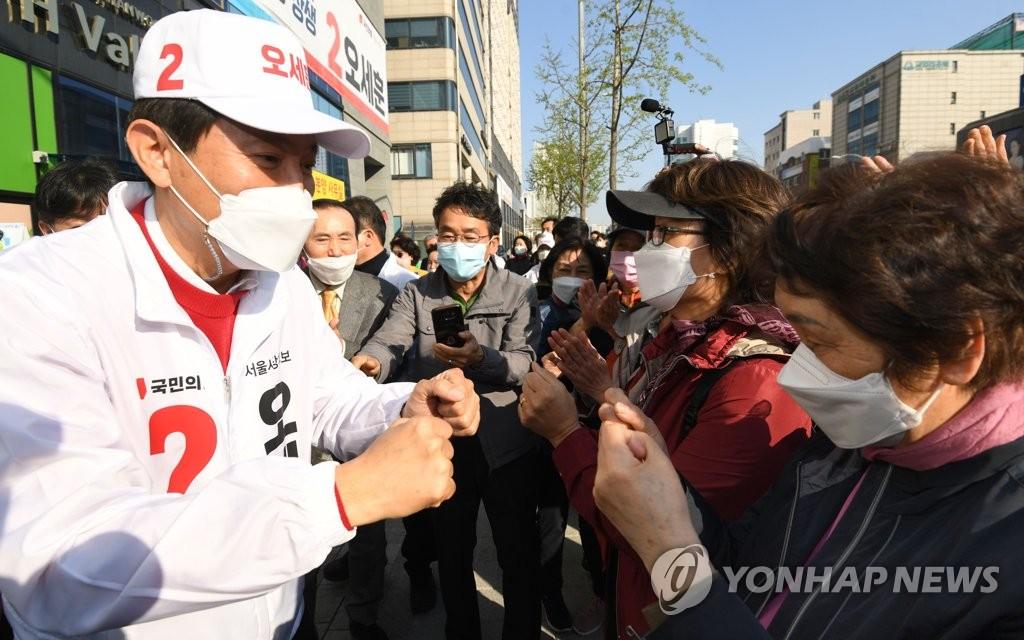 시민들과 인사하는 오세훈 후보