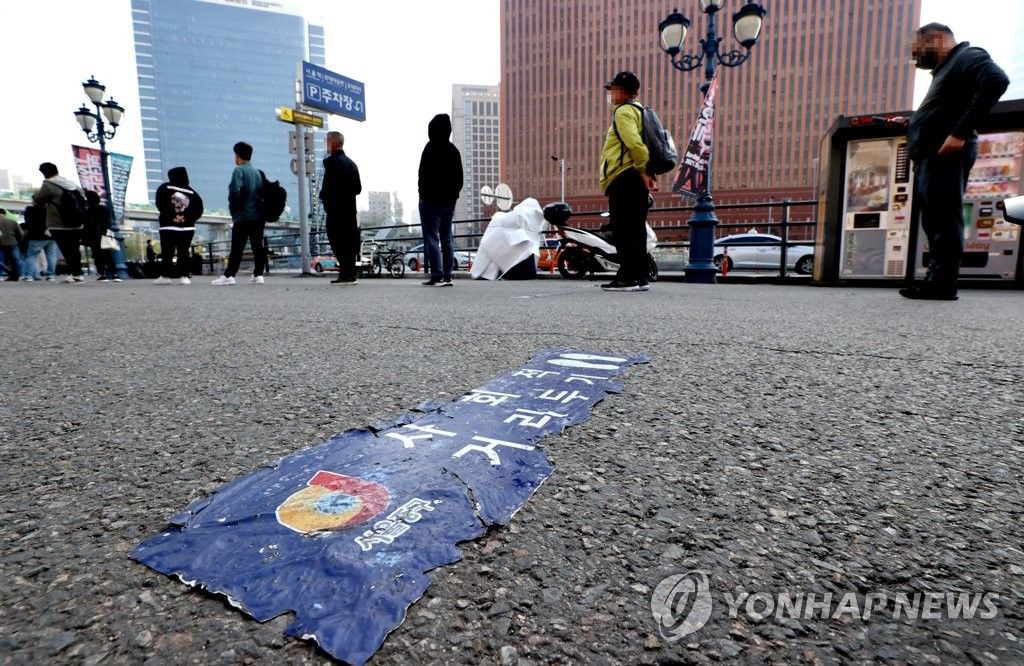 Citizens wait in line to receive coronavirus tests at a makeshift testing center set up in front of Seoul Station in central Seoul on April 7, 2021. (Yonhap)