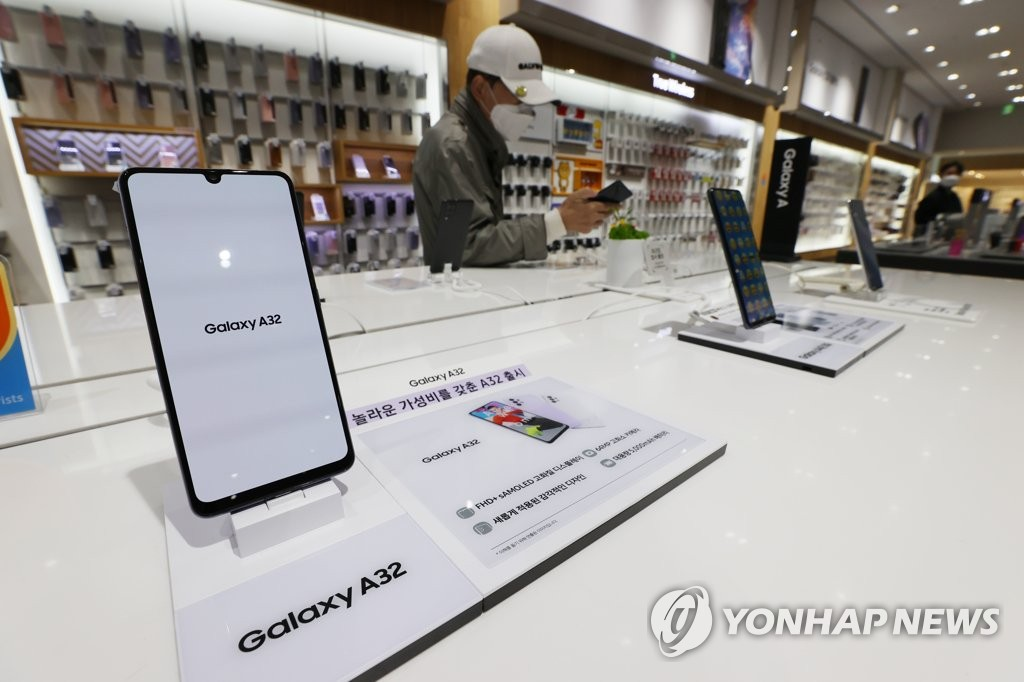 This file photo taken April 7, 2021, shows Samsung Electronics Co.'s smartphones displayed at a store in Seoul. (Yonhap)