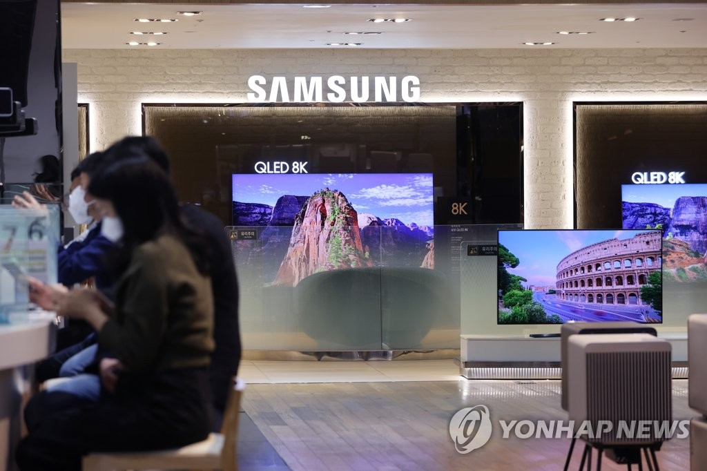 This photo taken on April 7, 2021, shows Samsung Electronics Co.'s QLED TVs displayed at a store in Seoul. (Yonhap)