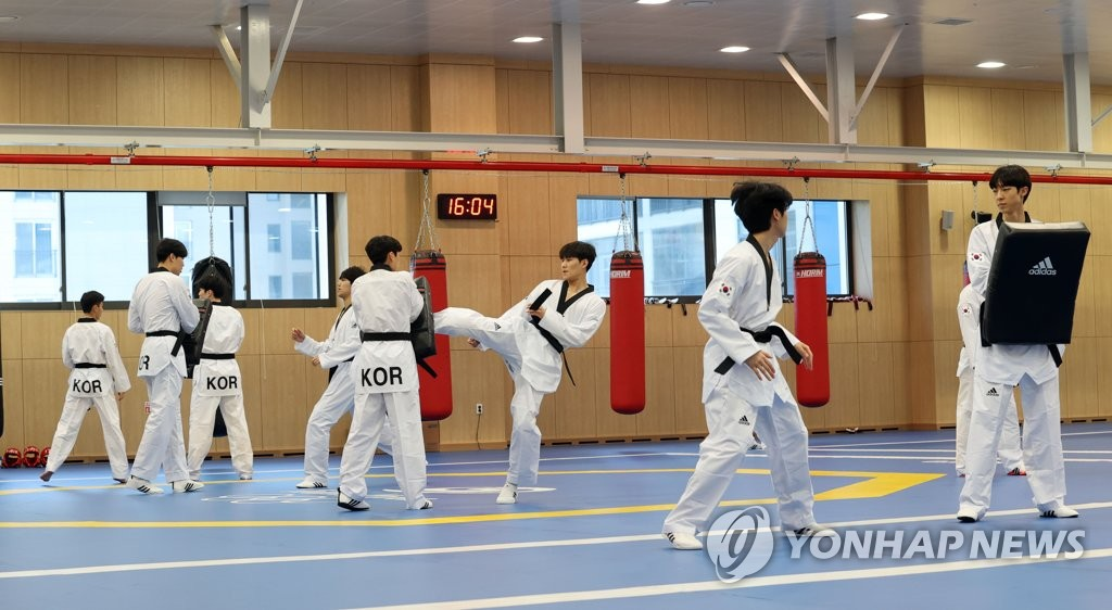 South Korean taekwondo practitioners train at the Jincheon National Training Center in Jincheon, 90 kilometers south of Seoul, on April 14, 2021. (Yonhap)