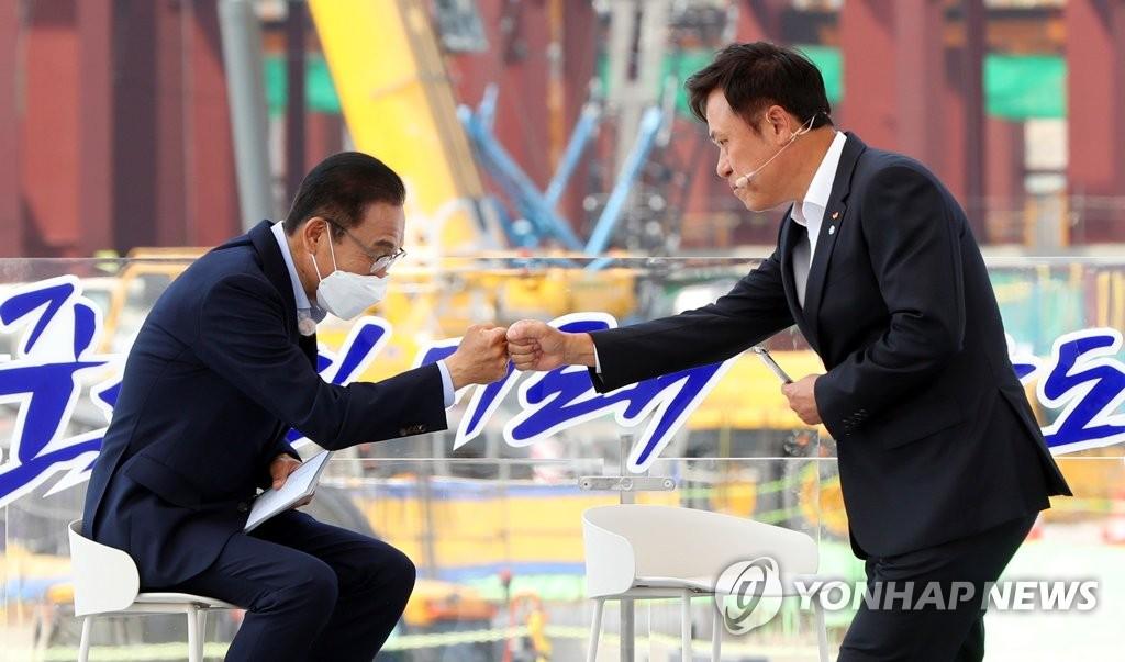 주먹인사 하는 삼성전자 김기남, SK하이닉스 박정호 부회장