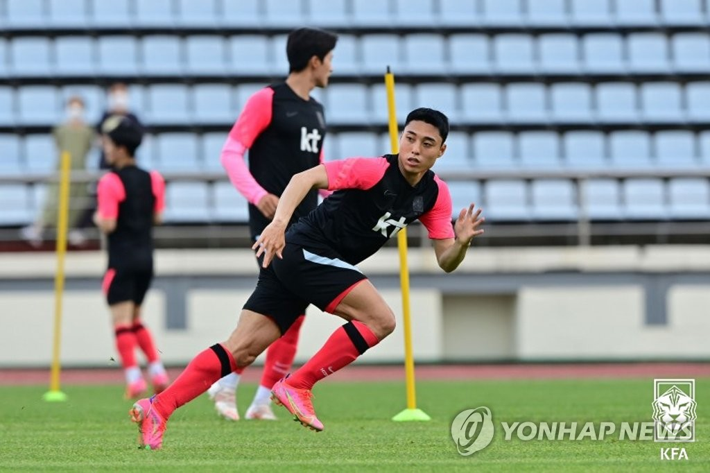 Lee Dong-jun of the South Korean men's Olympic football team trains at Kang Chang-hak Stadium in Seogwipo, Jeju Island, on June 1, 2021, in this photo provided by the Korea Football Association. (PHOTO NOT FOR SALE) (Yonhap)