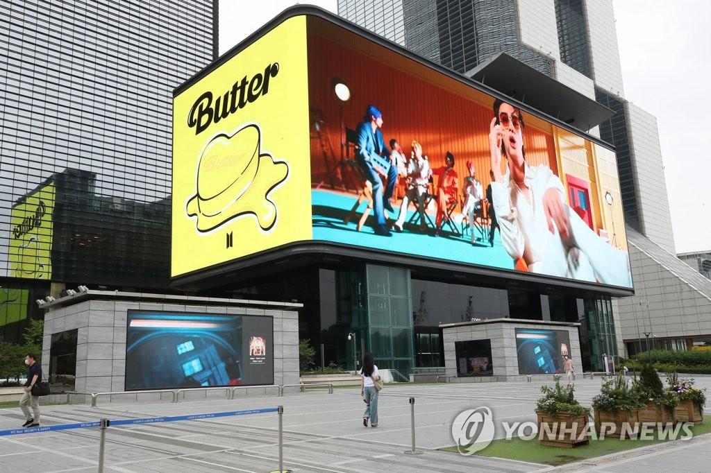 지난 15일 서울 강남구 코엑스 초대형 전광판에 상영되고 있는 BTS의 '버터(Butter)' 뮤직비디오