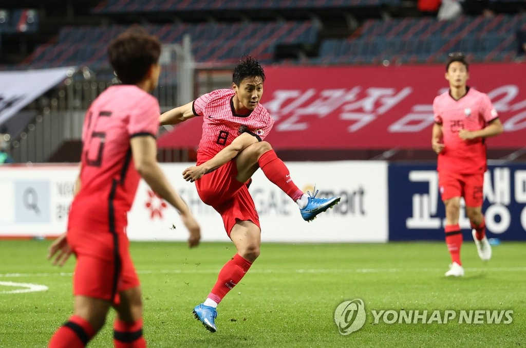Paik Seung-ho (C) of the South Korean men's Olympic football team takes a shot against Ghana during a friendly match at Jeju World Cup Stadium in Seogwipo, Jeju Island, on June 15, 2021. (Yonhap)