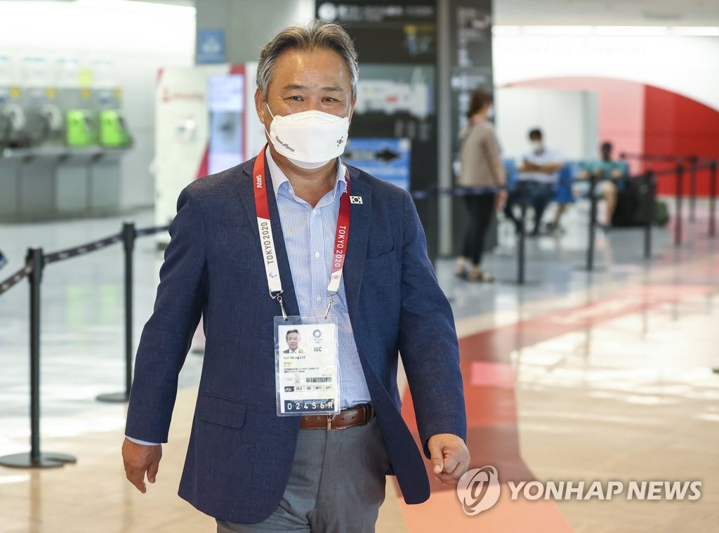 Lee Kee-heung, head of the Korean Sport & Olympic Committee (KSOC) and a member of the International Olympic Committee (IOC), heads for an exit at Narita International Airport in Narita, Japan, after arriving for the Tokyo Olympics on July 19, 2021. (Yonhap)