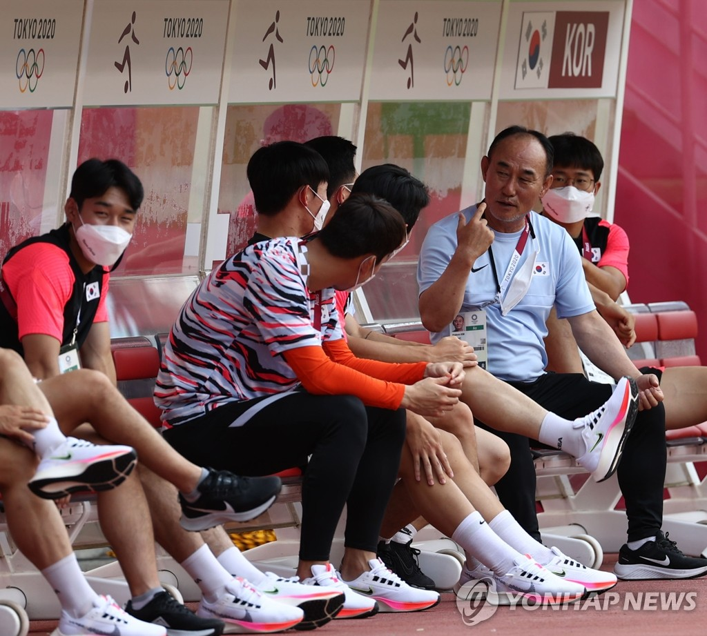 Kim Hak-bum (2nd R), head coach of the South Korean men's Olympic football team, speaks to his players at Ibaraki Kashima Stadium in Kashima, Japan, on July 21, 2022, on the eve of South Korea's first match against New Zealand at the Tokyo Olympics. (Yonhap)