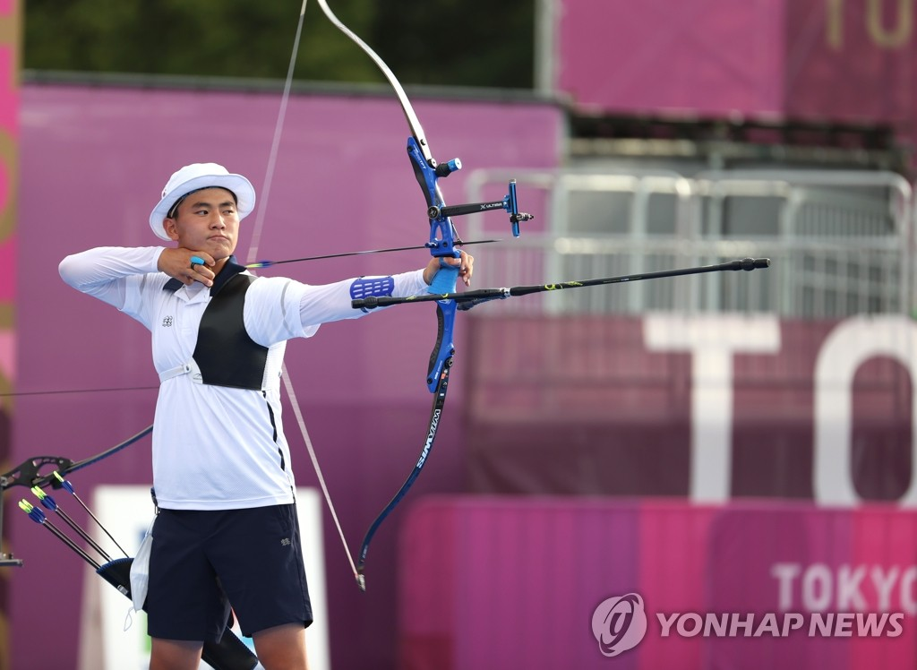 Kim Je-deok of South Korea competes in the final of the men's archery team event at the Tokyo Olympics at Yumenoshima Park Archery Field in Tokyo on July 26, 2021. (Yonhap)