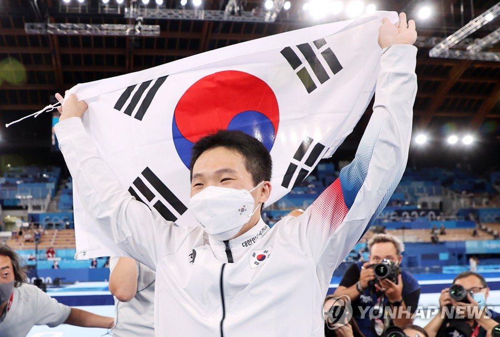 South Korean gymnast Shin Jea-hwan celebrates his gold medal in the men's vault at the Tokyo Olympics at Ariake Gymnastics Centre in Tokyo on Aug. 2, 2021. (Yonhap)