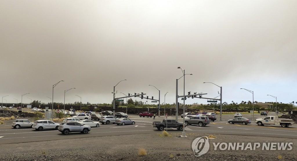 대형 산불 대피령에 교통 정체된 미 하와이 도로
