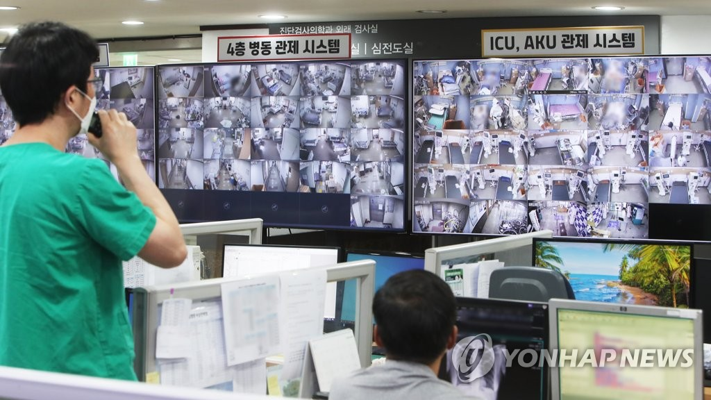 This photo taken on Aug. 19, 2021, shows medical staff monitoring patients at Bagae Hospital in Pyeongtaek, 70 kilometers south of Seoul, amid the spreading COVID-19 pandemic. (Yonhap)